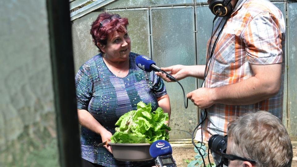 Hana Lečková v obležení mikrofonů