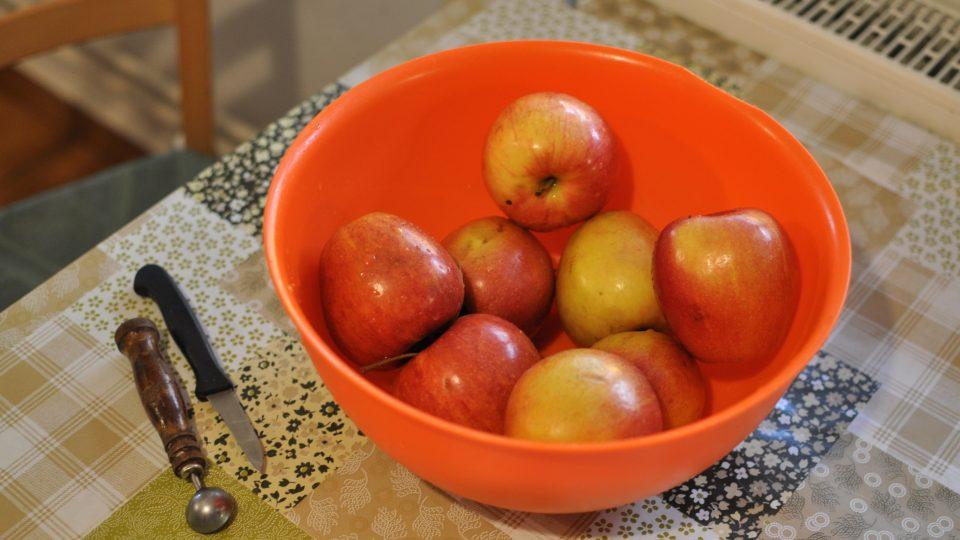Jablka omyjeme, oloupeme, zbavíme jadřinců a nakrájíme na větší kostky