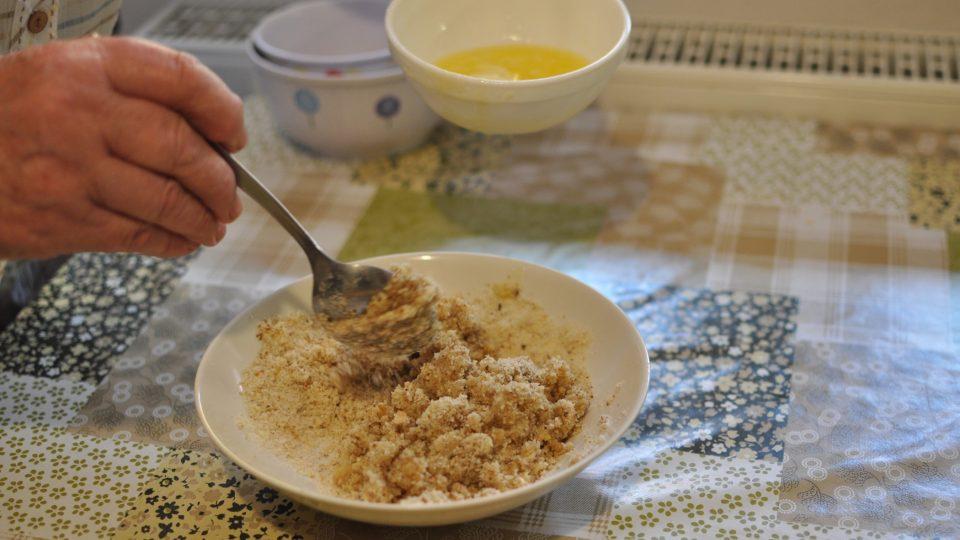 v kastrolu si rozpustíme máslo a přidáme smíchanou strouhanku s vlašskými ořechy a cukrem
