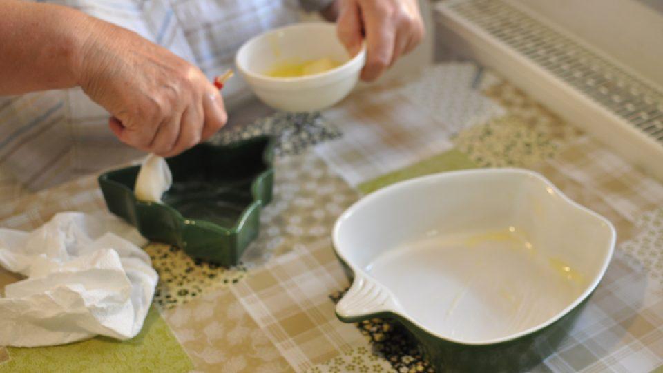 Vymažeme si máslem mísy, v kterých budeme krambl péct
