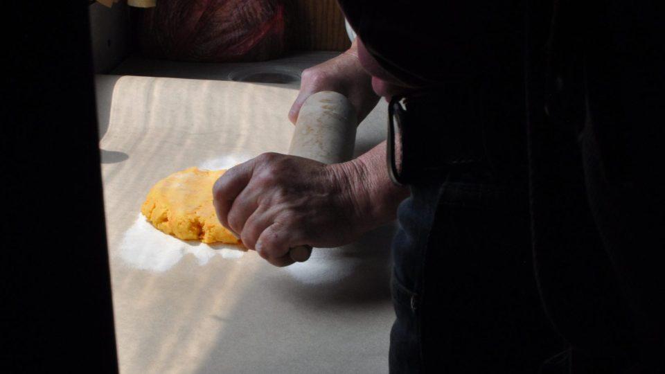 Těsto vyválíme na 0,5 cm vysokou placku, z které vykrajujeme čtverečky
