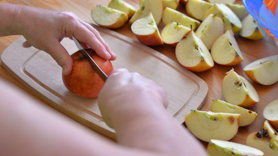 Jablka oloupeme a zbavíme jádřince