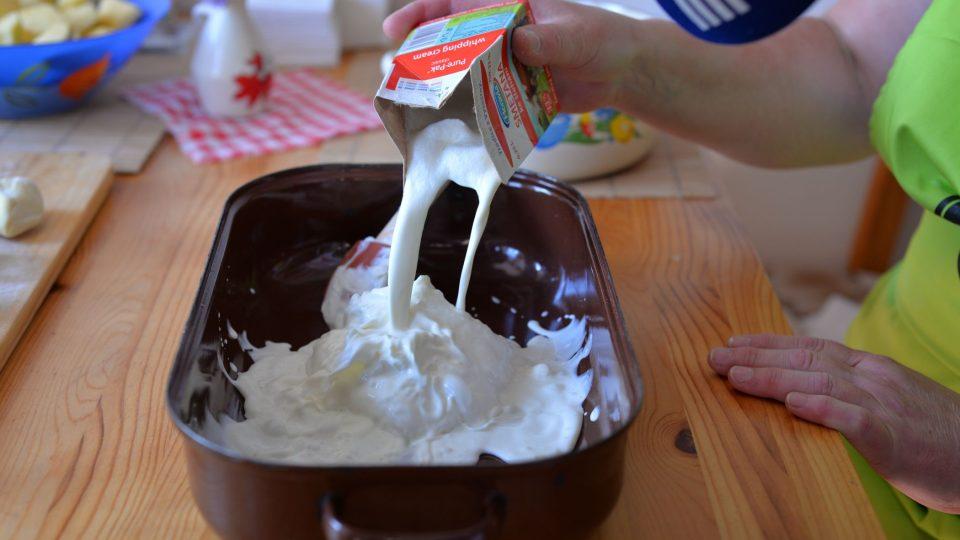 Do kastrolu dáme jednu vaničku tvarohu, smetanu, rozpuštěné máslo a cukr