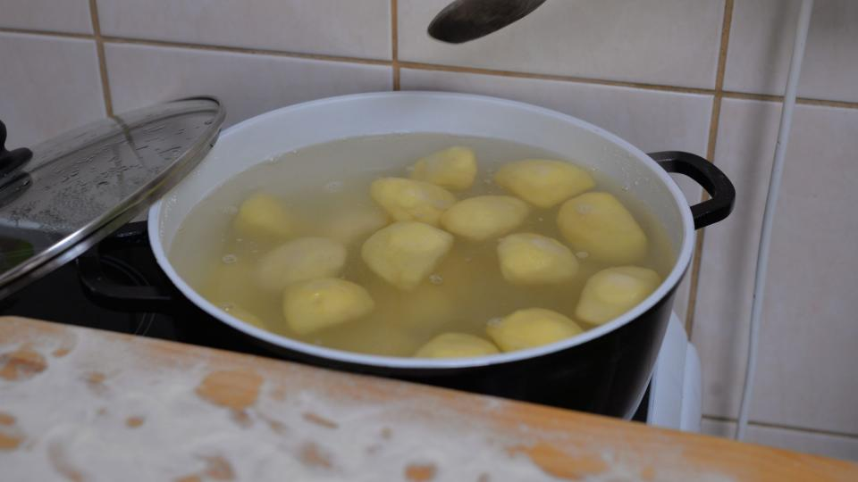 Knedlíky vaříme ve vroucí vodě podle jejich velikosti 5 až 10 minut