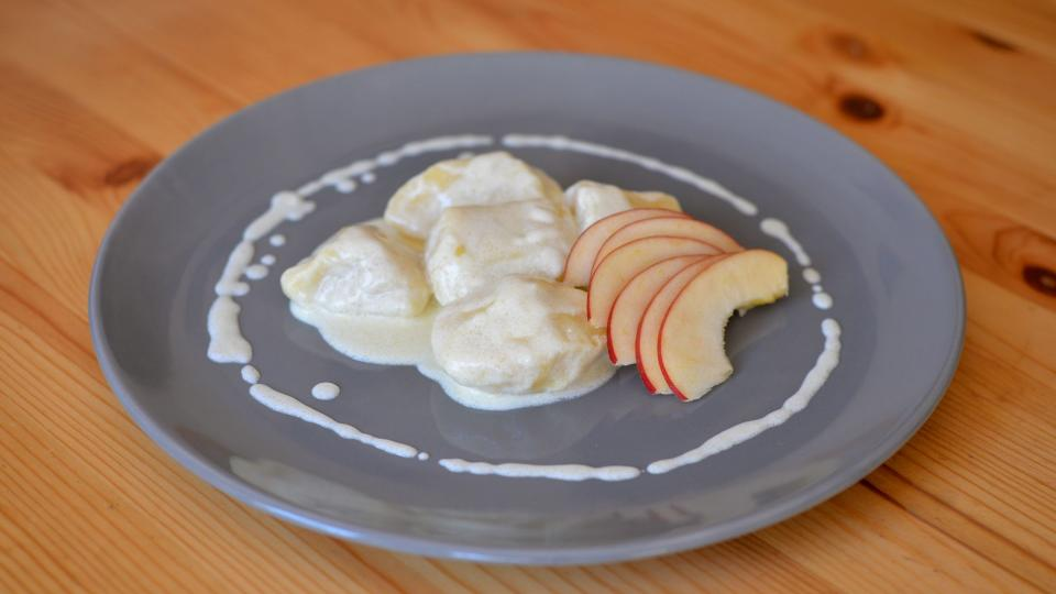 Jablkové knedlíky se smetanovo-tvarohovou omáčkou