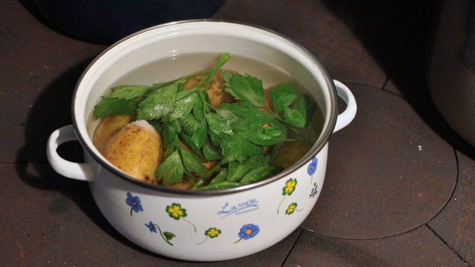 V osolené vodě si s nasekaným libečkem uvaříme brambory ve slupce. Vaříme 10 až 15 minut