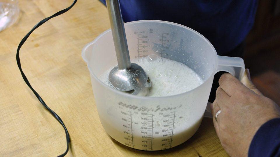 Kvásek rozmixujeme v 250 ml vody