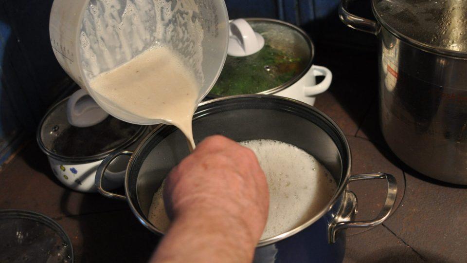 Do kastrolu s dvěma litry vody dáme rozmixovaný kvásek a provaříme po dobu 15 minut