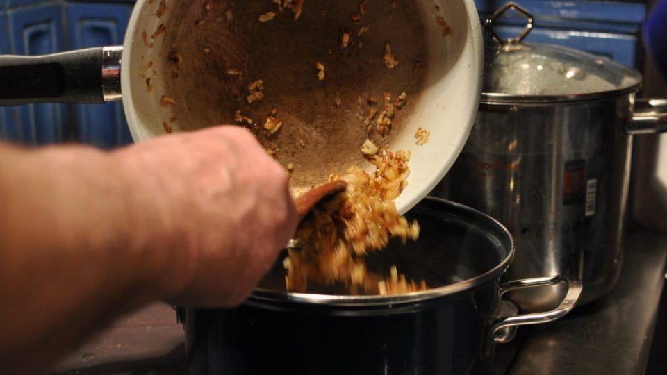 Do hrnce s kváskem přidáme sůl, kmín a orestovanou cibuli, na závěr uvařené houby včetně vody