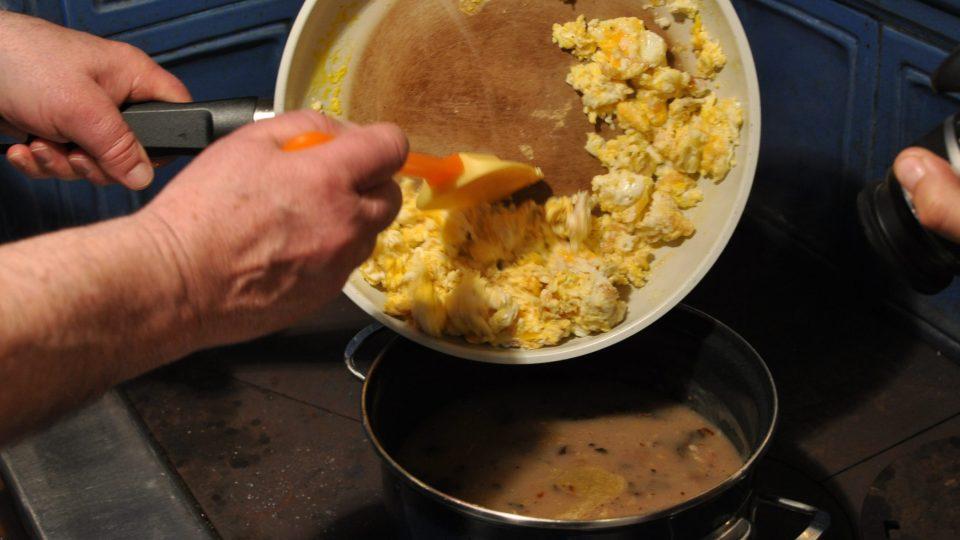 Vajíčká přidáme do polévky