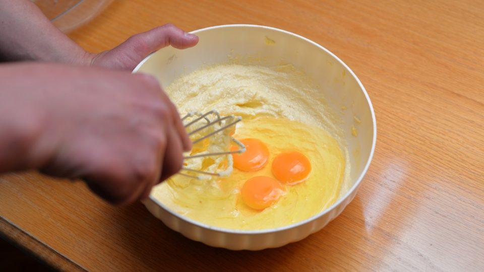 Povolené máslo utřeme s cukrem do světlé pěny. Poté přidáme celá vejce a znovu utřeme těsto