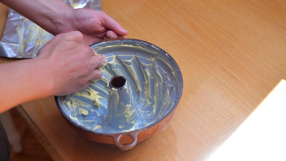 Vymažeme pečlivě bábovkovou formu máslem, aby nezůstalo žádné místo bez tuku