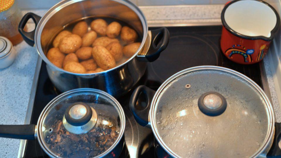 V jednom hrnci si předem namočíme a uvaříme kroupy, v druhém brambory, ve třetím houby