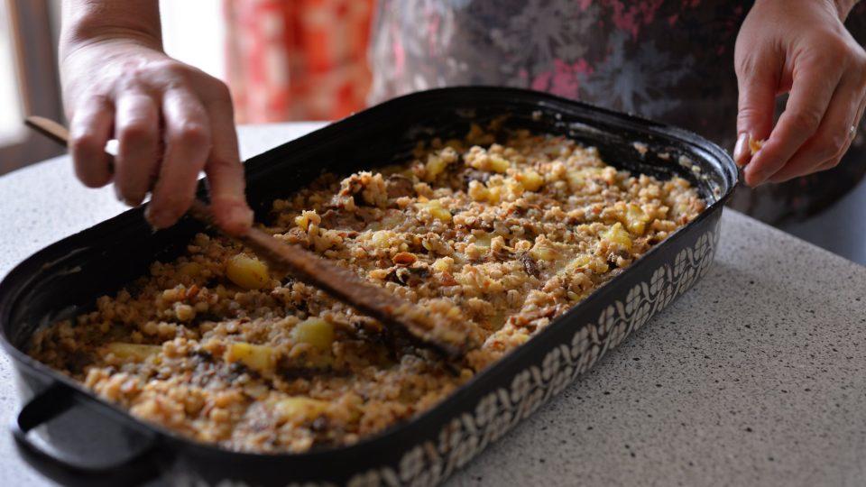 Pekáč vymažeme sádlem a dáme do něj připravenou směs, kterou před pečením ještě potřeme sádlem, aby vznikla při pečení kůrčička