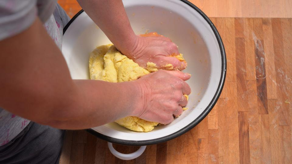 Přidáme vejce, mouku a vypracujeme těsto. Výsledná konzistence by měla být tužší. Těsto necháme chvilku odpočinout