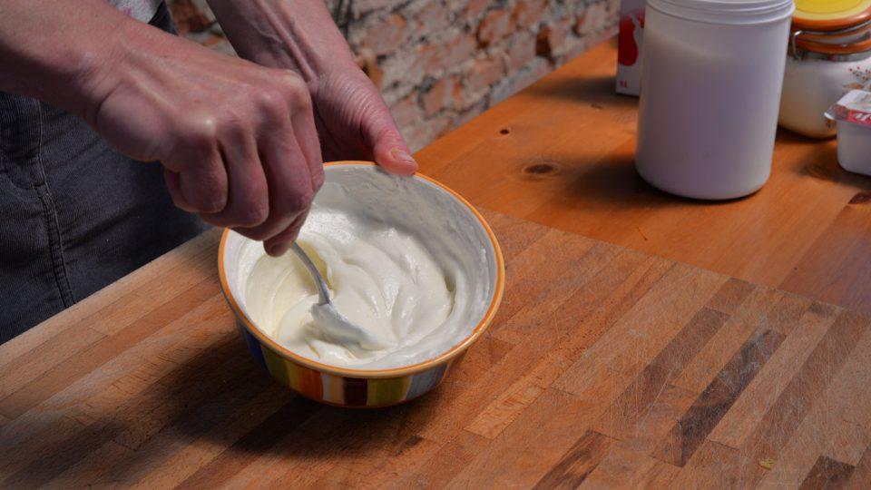 Mezitím si v misce rozmícháme tvaroh s mlékem, cukrem a vanilkovým cukrem