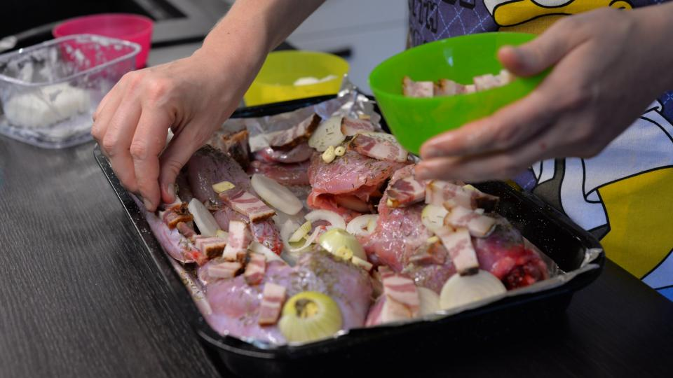 Na králíka naklademe cibuli, česnek i slaninu