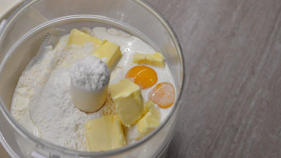 Těsto vytvoříme tak, že hladkou mouku, máslo, žloutky a smetanu smícháme v robotu