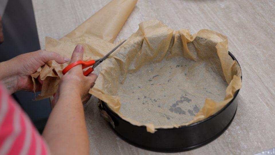 Do dortové formy dáme pečící papír, který jsme si předem namočili a zmačkali