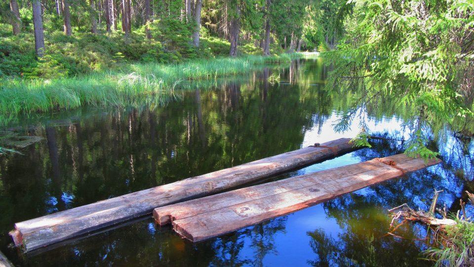 V Kyselém jezeře jsou i téměř 500 let staré jedlové součásti vodního kanálu