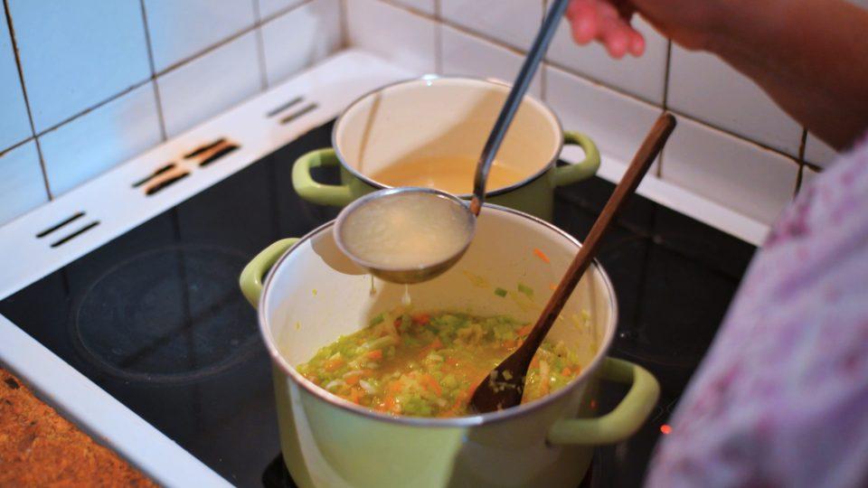 Přidáme vodu, vývar, nakrájené brambory a povaříme