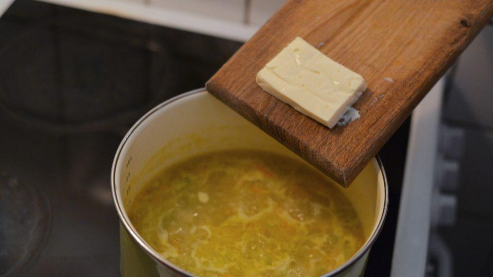 Jakmile zelenina změkne, přidáme sýr a provaříme