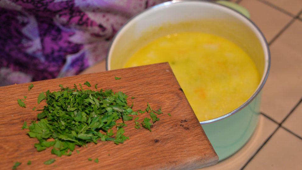 Uvařenou polévku rozmixujeme dokrémova společně s nasekanými bylinkami