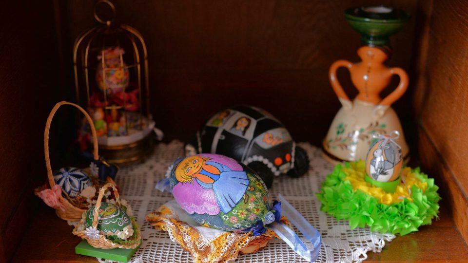 Miloslava Pechalová detailně zdobí velké i malé kraslice