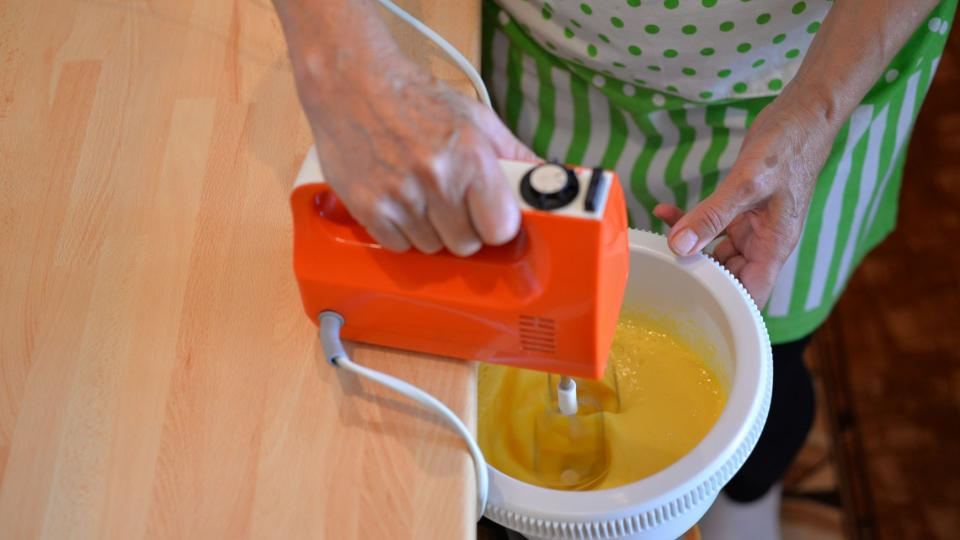 Do mísy vyklepneme vejce, přidáme cukr (krystal i vanilkový) a vyšleháme do pěny