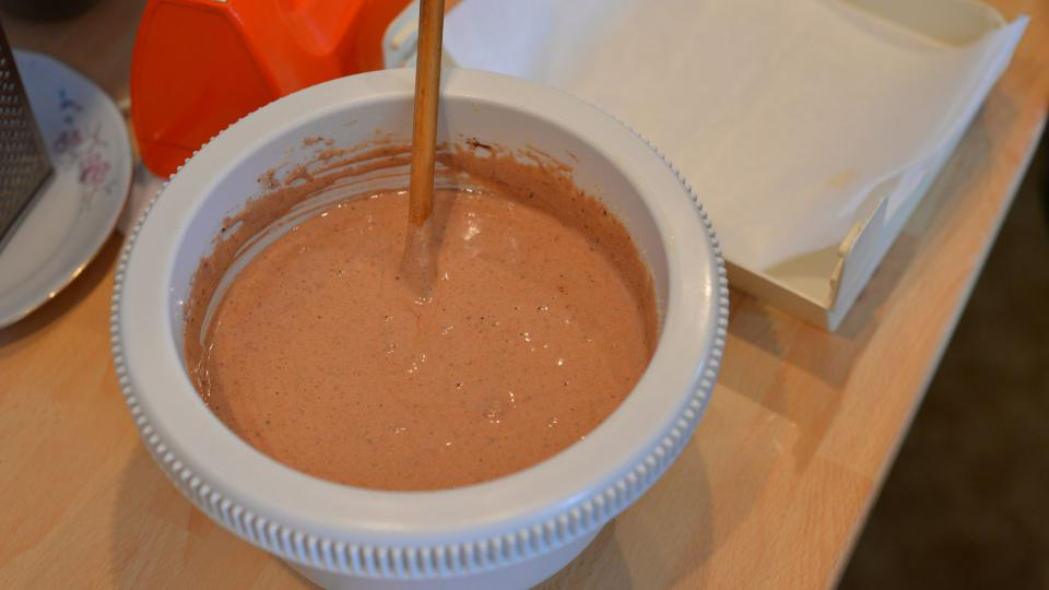 Přidáme kakao a nastrouhané ořechy. Dobře promícháme, přidáme rum a strouhanku a opět promícháme