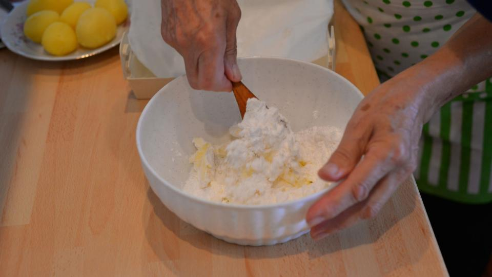 V misce si utřeme máslo s moučkovým cukrem
