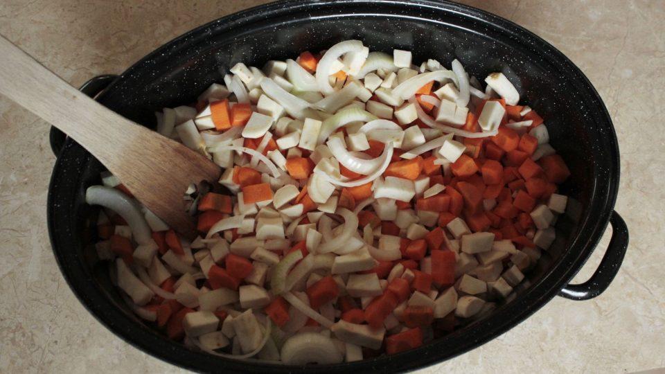 Nakrájenou zeleninu dáme do pekáče
