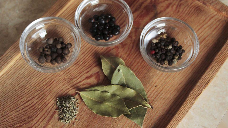Přidáme nové koření, pepř, tymián, bobkový list a jalovec