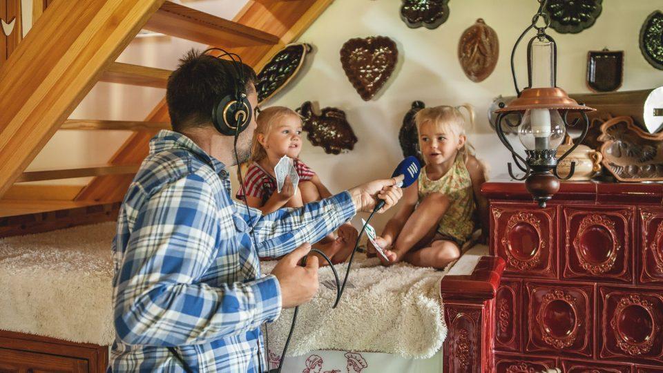 Za pecí sledovaly práci Venduly Zunové její dvě dcery