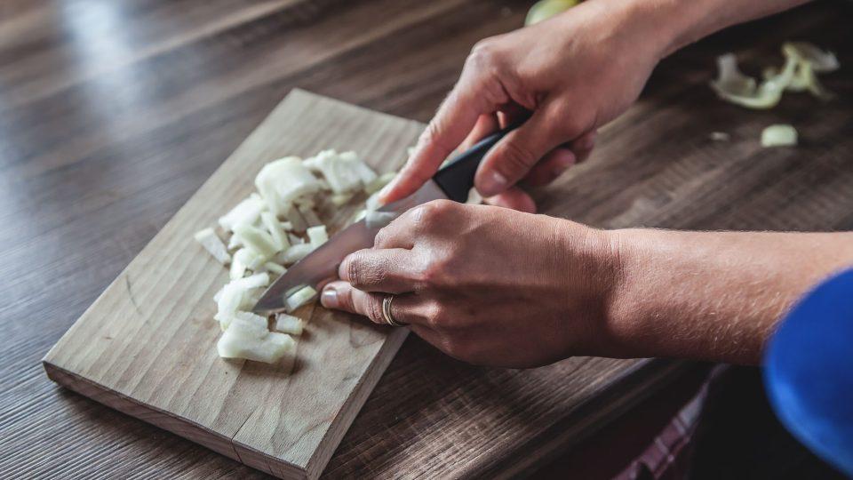 Cibuli nakrájíme na kostičky (velikost záleží na naší chuti) a osmahneme do zlatohněda