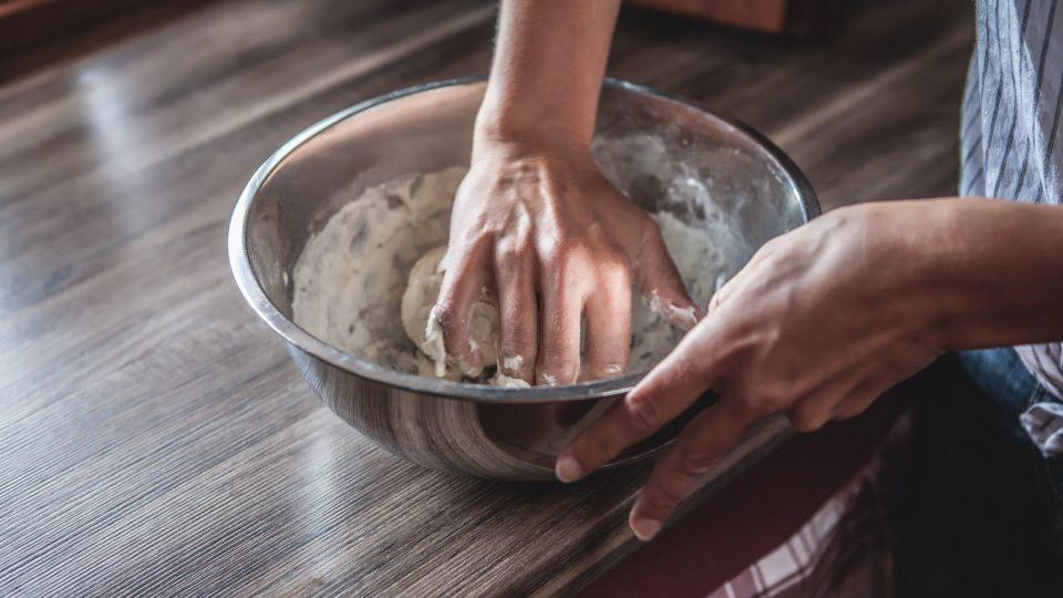 V míse si z mouky, vody a trochu soli vypracujeme těsto. Výsledná konzistence těsta by měla vláčná