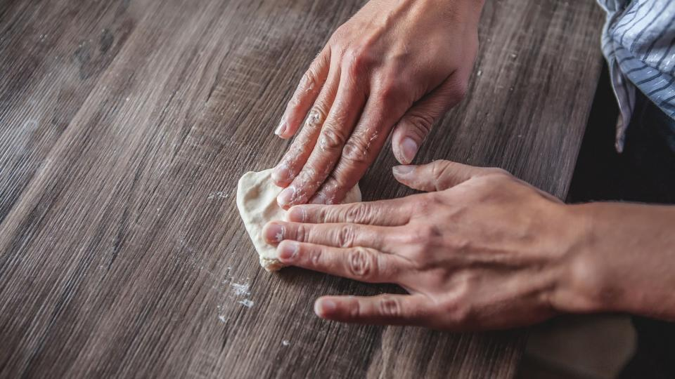 Kostičky rukou rozmáčkneme na placku, do které dáme trochu bramborové kaše. Zabalíme ji jako buchty do podoby kulatého knedlíku