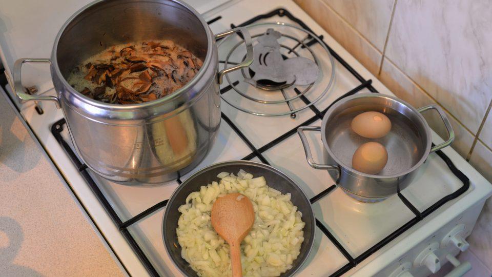 Houby vaříme asi 20 minut, cibuli orestujeme dosklovata a uvaříme vejce
