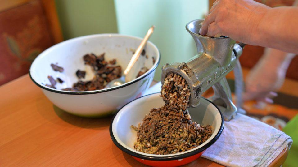 Přidáme orestovanou cibuli (trochu si necháme stranou do polévky) a vše pomeleme na masovém mlýnku