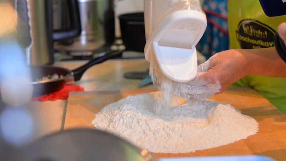 Z mouky, oleje a soli připravíme těsto, z kterého vyválíme 5 mm silný plát