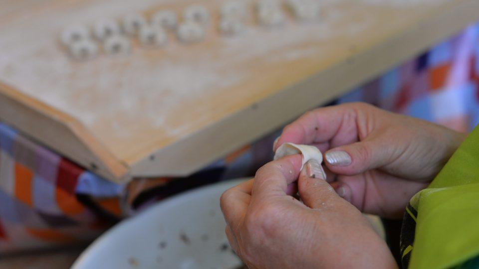 Na střed kolečka dáme připravenou směs, kolečka přehneme na půlku a okraje prsty stlačíme, aby se kapsička uzavřela