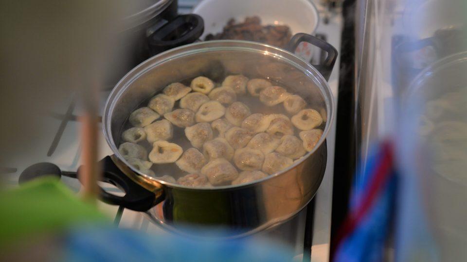 Kapsičky vaříme ve vroucí osolené vodě, dokud nevyplavou napovrch