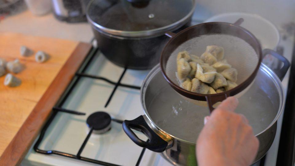 Ouška vyndáme na vál a omastíme rozpuštěným máslem