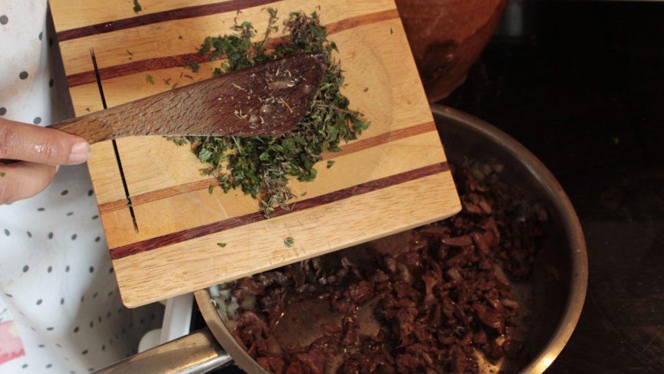 Po sundání pánvičky ze sporáku dochutíme solí, pepřem, majoránkou, tymiánem a nasekanou listovou petrželí