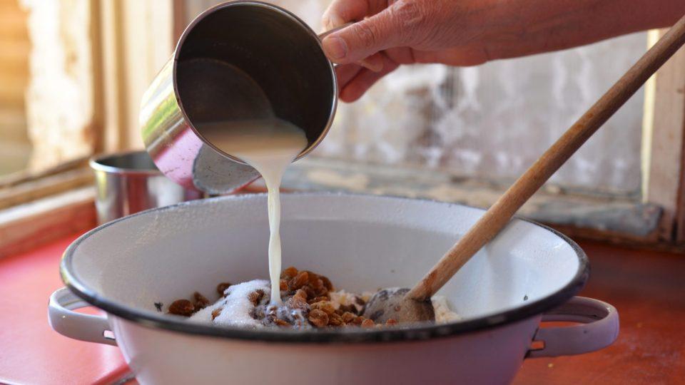 Přilijeme zbytek teplého mléka