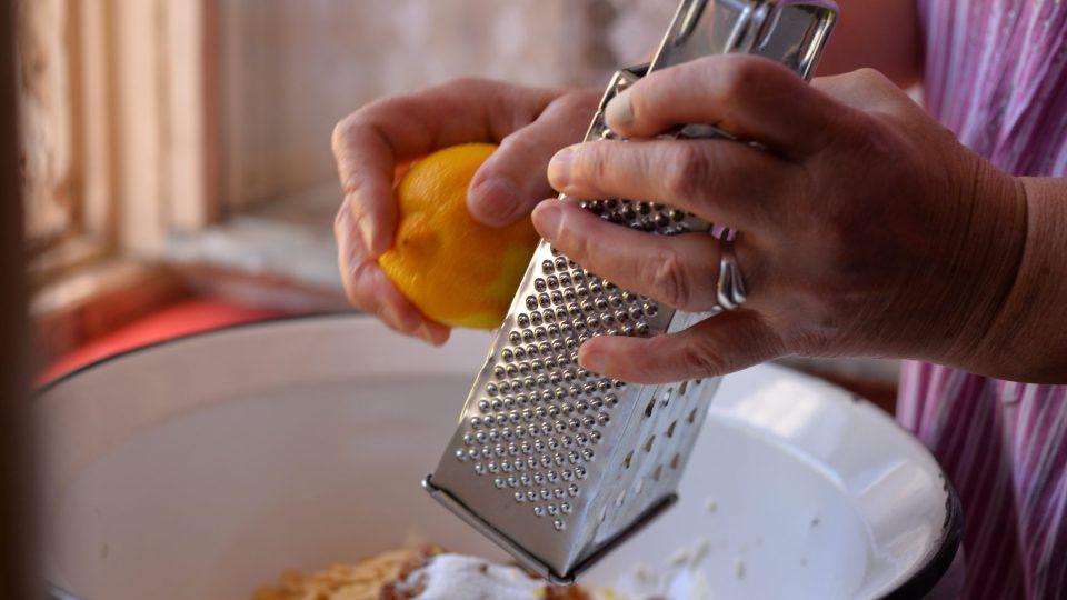 Nastrouháme kůru z poloviny citronu