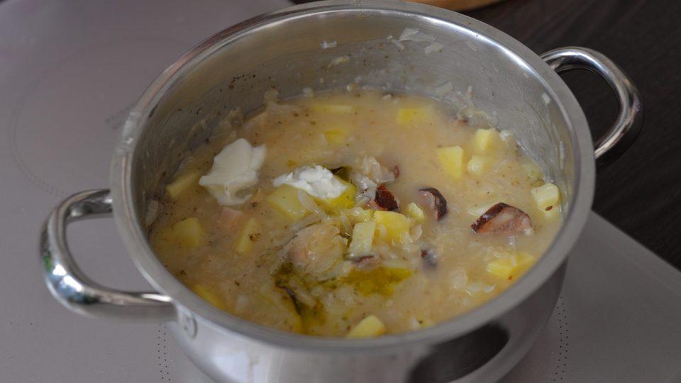 Polévku nakonec zjemníme lžíci olivového oleje, přimícháním studeného bůvolího másla a přidáním 3 lžic zakysané smetany