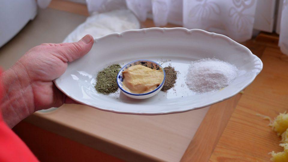 K receptu budeme potřebovat sůl, hořčici i koření