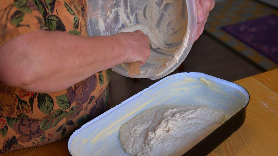 Teprve nakonec přidáme sůl a zaděláme těsto, které následně přesuneme do máslem vymazaného pekáče