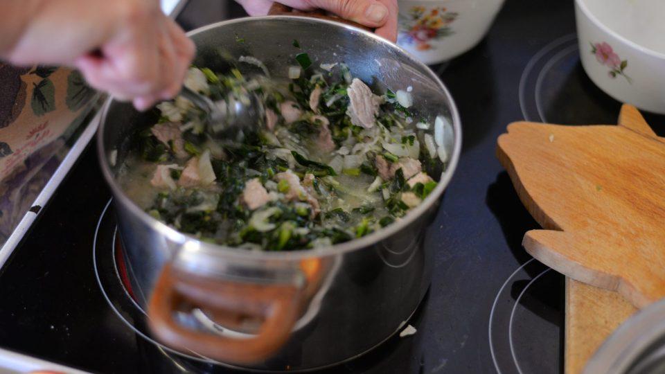 Po zatažení masa přidáme do hrnce 3 nastrouhané kedlubny a kedlubnové lupínky